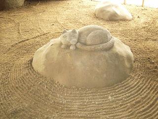 Katze aus Sand - Sand, Katze, Tier, Formen, Skulptur, Plastik, Haustier, schlafen, ruhen, Kissen
