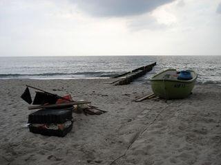 Strandidyll - Erzählanlass, Schreibanlass, Meditation, Reise, Fantasie, Strand, beruhigend, still, Abend, Boot, Koffer, Meer, Sand, Bune