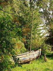 Ausgedient! - Boot, alt, ausgedient, Schiff, Meer, Gras, Wiese, Erzählanlass, Schreibanlass, Fantasie, Reise