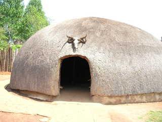 Zulu-Hütte - Südafrika, Afrika, Dorf, Zulu, Hütte, Eingang, wohnen