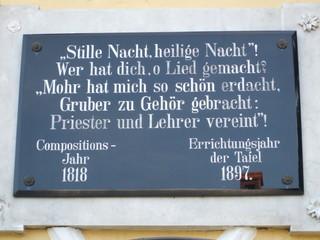 Tafel über der Tür des Stille-Nacht-Museums - Franz Xaver Gruber, Josef Mohr, Stille Nacht