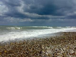 Wolkenstimmung am Strand - Strand, Sizilien, Meer, Blautöne, blau, Wolken, Kies, Wellen, Schaumkronen, Himmel, Wetter