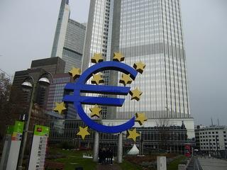 Euro vor der Europäischen Zentralbank - Euro, EZB, Europäische Zentralbank, Frankfurt/M, Eurozeichen