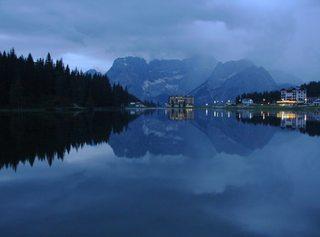 Bergsee - Spiegelung, Spiegelbild, Bergsee, Abendstimmung, Meditation, Ruhe, Berge, Misurina-See, Blau, spiegelglatt, Wasser