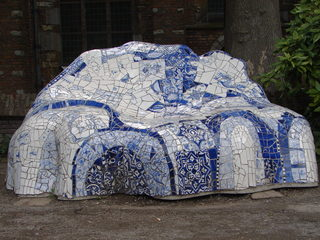 Kachelsofa in Delft - Kacheln, Delfter Kacheln, Delft, Sofa, Sitzbank, Gaudi, Skulptur, Sitzskulptur, blau, weiß, Parkmöbel, Porzellan, Mosaik