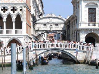 Seufzerbrücke hinter Brücke mit Touristen - Venedig, Italien, Seufzerbrücke, Dogenpalast, Kanal, Gondeln, Gondoliere, Venedig, Tourismus, Wasserstraße, Kanal, Gondel, Wahrzeichen, Symbol