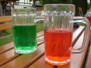 Rot-grünes Sommervergnügen - rot, grün, Getränk, Limonade, Sommer, Biergarten, red, green, beverages, softdrinks, summer, Kohlensäure, Erfrischungsgetränk, Farbstoff, Brause, Fassbrause, Glas, zwei