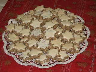 Zimtsterne auf Platte - Weihnachtsgebäck, Zimtstern, Teig, ausstechen, formen, Baisermasse, Weihnachtsplätzchen