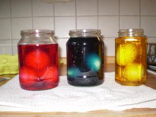 Vorgangsbeschreibung: Ostereier färben #3 - Osterei, Ostern, Vorgang, Beschreibung, Vorgangsbeschreibung, Färben, Ei, Glas, Gläser, Farbbad, rot, blau, gelb