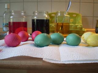 Vorgangsbeschreibung: Ostereier färben #6 - Ostereier, Ostern, Vorgangsbeschreibung, Vorgang, Beschreibung, färben, Ei, rot, blau, gelb, trocknen, Farbbad