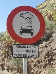 Verkehrsschild in Spanien - Verkehrsschild, Verkehrszeichen, Schild, Hinweis, Verkehr, Regen, Gefahr, gefährlich, Auto, spanisch, Spanien, gesperrt, rot, weiß, Kreis, Kreisring