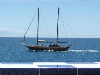 Segelschiff - Segelschiff, segeln, Boot, Schiff, Meer, Wasser, Masten, zwei, blau, Himmel, Wellen, Küste, Brüstung, parallel, Parallelen, Takelage, Ausflugsschiff, Touristen