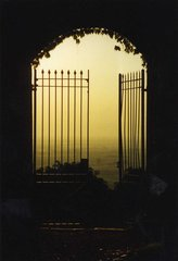 Sonnenuntergang auf der Burg - Sonnenuntergang, Abendhimmel, Burg, Gegenlicht, Tor, Gitter, Eingang, Ausgang, offen, Bogen, Meditation, Schreibanlass