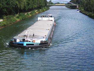 Lastkahn auf dem Mittellandkanal - Lastkahn, Schiff, Kanal, Mittellandkanal, Brücke, Wasser, fahren, Verkehr, Transport, Ladung, Wasserstraße, Fluss