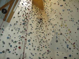 Kletterwand - Kletterwand, Indoor-Klettern, Hallenklettern, künstlich, Sport, Freizeitaktivität, Kletterroute, Schwierigkeitsgrad, Haltegriffe, Sicherungsseil, Klettern
