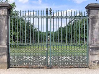 Schmiedeeisenes Tor - Tor, Eisen, Garten, alt, Allee, Schmiedeeisen, Zaun, Park, Kunst, symmetrisch, verschlossen, Schloss, Symmetrie