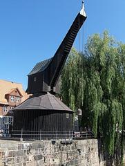 Lüneburg ALTER KRAN - Kran, alt, Ladung, heben, Gewicht, schwer, Holz, Kupfer, Bedachung, Wasser, Schiff, schwarz, braun, Vieleck, Polygon, Kegel