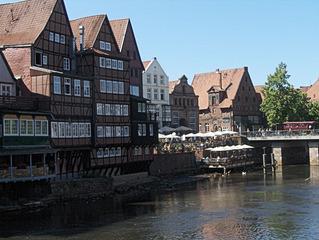 Lüneburg - Am Stintmarkt - Lüneburg, Häuser, alt, Backstein, Hafen, Hafenviertel, Wasser, Fluss, Ilmenau, idyllisch