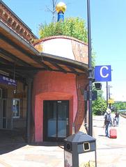 Hundertwasser-Bahnhof Uelzen #9 - Bahnhof, Kunst, Künstler, Friedensreich, Hundertwasser, Architektur, Säule, bunt, bewachsen, Büsche, Dach, Bahnsteig