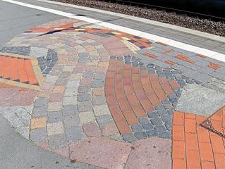 Hundertwasser-Bahnhof Uelzen #10 - Bahnhof, Kunst, Künstler, Friedensreich, Hundertwasser, Architektur, Säule, Säulen, bunt, Pflaster, Muster