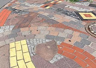 Hundertwasser-Bahnhof Uelzen #11 - Bahnhof, Kunst, Künstler, Friedensreich, Hundertwasser, Architektur, Pflaster, Pflasterung, bunt, Muster