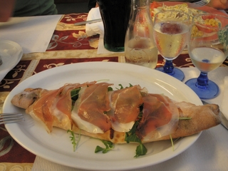 Pizza Tronchetto - Pizza, gerollt, rollen, Ruccola, Rauke, Speck, Schinken, Essen, Fladenbrot, neapolitanisch, Hefeteig, Fastfood