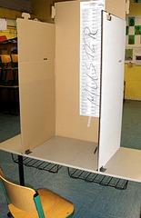 Wahlen #2 - Wahl, Wahlen, Europawahl, Kabine, Wahlkabine, geheim, Pappe, Karton, Wahlzettel, Stimme, Stimmen, ankreuzen, Stimmzettel