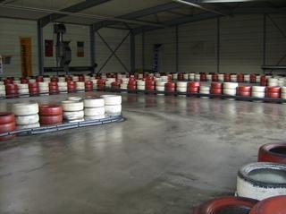 Kartbahn #2 - Kartbahn, Kartsport, Rennstrecke, Absicherung, Reifen, rot, weiß, Karting, Motorsport, Rennfahrer, Pylonen, Parcours, Sport, Freizeit, Hobby