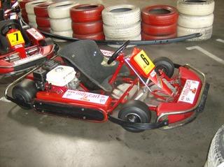 Kartbahn #3 - Kartbahn, Kartsport, Rennstrecke, Absicherung, Reifen, rot, weiß, Karting, Motorsport, Rennfahrer, Pylonen, Parcours, Sport, Freizeit, Hobby, Kart, Go-Kart, Verbrennungsmotor, Boxengasse