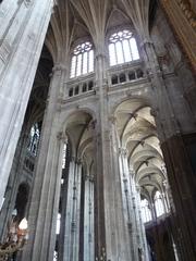 Paris - Saint Eustache - Paris, Frankreich, Kirche, katholisch, gotisch, Gotik, sakrale Kunst, Gewölbe, Bogen, Pfeiler, Höhe, geometrische Formen, vertikal, Strebepfeiler, Kreuzrippengewölbe