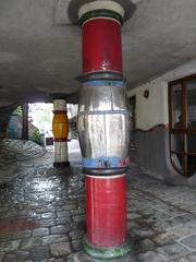 Hundertwasserhaus in Wien - Kunst, Künstler, Friedensreich, Hundertwasser, Architektur, Haus, Säule, Säulen, bunt, rot, silber, gelb, weiss, Wien, Österreich