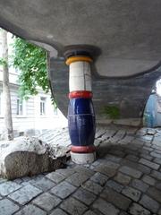 Säule und Pflaster - Kunst, Künstler, Friedensreich, Hundertwasser, Architektur, Säule, bunt, blau, weiss, rot, Pflaster, Wölbung, Bogen, Muster, Wien, Österreich