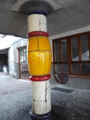 Säule - Kunst, Künstler, Friedensreich, Hundertwasser, Architektur, Säule, bunt, gelb, weiss, rot, Pflaster, uneben, Hundertwasserhaus, Wien, Österreich