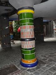 Hundertwasserhaus und Säule - Kunst, Künstler, Friedensreich, Hundertwasser, Architektur, Säule, bunt, Pflaster, uneben, Hundertwasserhaus, Wien, Österreich