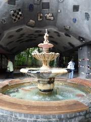 Hundertwasserbrunnen - Kunst, Künstler, Friedensreich, Hundertwasser, Architektur, Brunnen, bunt, Pflaster, Pflasterung, Wasser, Wölbung, Muster, Farbe, Wien, Österreich