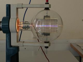 Elektronenstrahl-Ablenkröhre #3 - Elektronenröhre, Braunsche Röhre, Elektronenstrahl, Ablenkung, Plattenkondensator, Kondensator, Parabel, Heizspannung, Ablenkspannung, Kathode