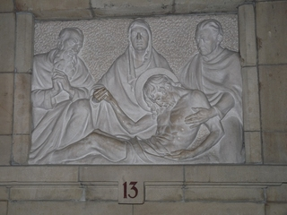 Kreuzweg 13 - Religion, Kreuzweg, Skulptur, Jesus, Kreuz, Tod, Schmerz, Trauer, katholisch, Station, Kreuzwegstation, Leidensweg
