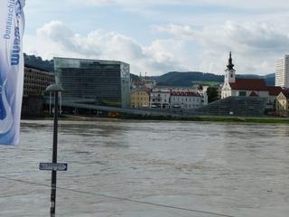 Ars Electronica und die Donau - Österreich, Linz, Donau, Fluss, Flutgefahr, Stadt, modern, Glasgebäude, Zukunftsmuseum