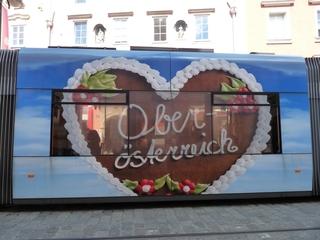 Werbeplakat Oberösterreich - Kunst, Werbung, Strassenbahn, Herz, Oberösterreich, Lebkuchen, blau, Perspektive, Fenster