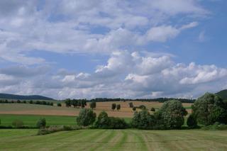 Landschaft Kellerwald #1 - Landschaft, Wald, Wolken, Bäume, Felder, Himmel, Wiese, Weide, Schreibanlass, Perspektive, Größenperspektive