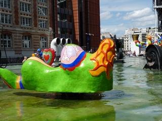 La sirène - die Meerjungfrau (Rückseite) #2 - Niki de Saint Phalle, Paris, Stravinskibrunnen, Figur, Sirene, Meerjungfrau, Skulptur, Plastik, Wasser, beweglich, bunt, groß