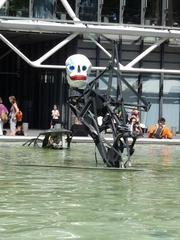 La mort (l'abstrait, le triangle) - Der Tod  - Niki de Saint Phalle, Jean Tinguely, Paris, Stravinskibrunnen, Totenkopf, Plastik, Gestalt, Eisen, Wasser, das Abstrakte, der Dreieck