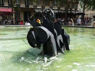 Le Renard (der Fuchs) - Jean Tinguely, Paris, Stravinskibrunnen, Kunst, Künstler, Plastik, Skulptur, schwarz, Wasser, Leute, Cafés