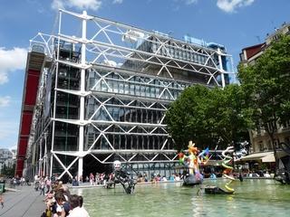 Centre Pompidou und Stravinskibrunnen - Paris, Museum, Stravinskibrunnen, Platz, Metallstrukturen, Röhre, Skulptur, Jean Tinguely, Niki de Saint Phalle, Wasser, Leute, Farben