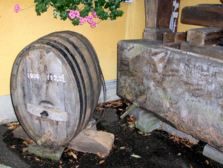 Weinpresse #2 - Weinpresse, Wein, Presse, Fass, Tonne, Weinfass, alt, Holz, abfüllen, keltern, Kelterei, oval, Lagerung, lagern, reifen, Reifeprozess, Tonne