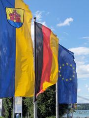 Fischer, Fischer, welche Fahne weht heute...? - Fahne, Flagge, Fahnen, Fahnenstange, Fahnenmast, Europa, Deutschland, Baden-Württemberg, wehen, Wind, schwarz, rot, gold, blau, gelb, Sterne