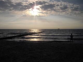 Sonnenuntergang am Ostseestrand - Sonnenuntergang, Strand, Mensch, Schiff, Wellen, Wolken