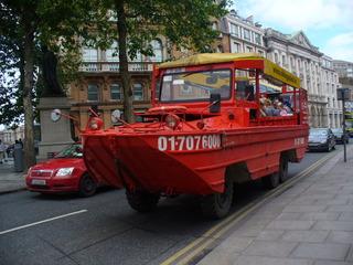 Viking Tour Boat - Amphibienfahrzeug, Stadtrundfahrt, Irland, Dublin, auf der Straße, durch den Fluss Liffey