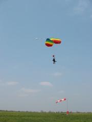 Paragleiter - Paragleiter, Gleitschirm, Paraglider, Paragleiten, bunt, Regenbogen, Luftwiderstand, Aufwind, Luftströmung, Physik