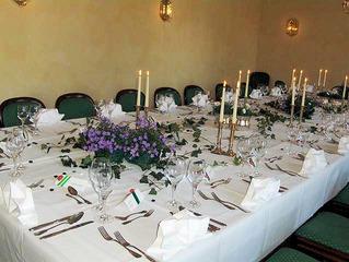 Festtafel #1 - Tisch, Essen, Feier, Jubiläum, Geburtstag, Hochzeit, Tischdecke, Schmuck, Gedeck, Gläser, Dekoration, Blumen, Besteck, elegant, feierlich, Servietten, Familienfeier, Haushalt, Essen, Fest